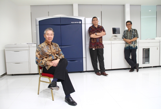 Arifin Pranoto Direktur PT Astra Graphia Tbk (kiri), Kuat Teguh Santoso (Chief Executive Astragraphia) dan Bambang Sulistyo Hartadi (Head of Marketing Services Department Astragraphia)