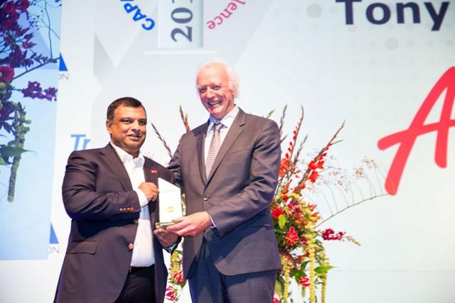 Tony Fernandes, CEO Grup AirAsia (kiri) saat menerima penghargaan dari Ketua Eksekutif CAPA, Peter Harbison